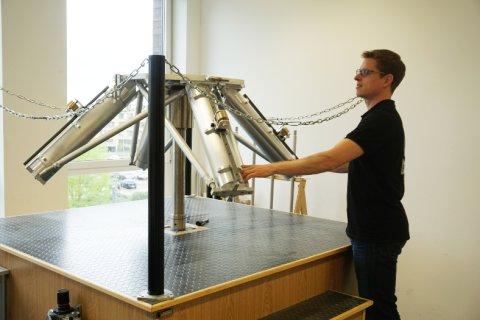 Christian Siegmund betätigt einen Gaslagertisch.