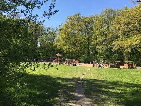 Ein Spielplatz im Grünen.