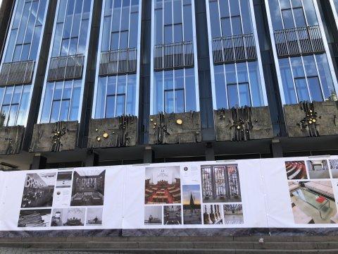 Die Bremische Bürgerschaft ist umhüllt von einem Bauzaun. Dieser ist verkleidet mit allerhand Fotos aus dem Inneren der Bürgerschaft.