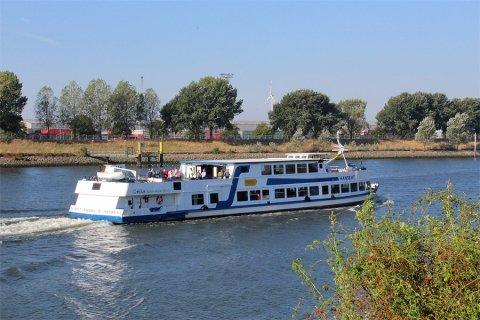 Das Schiff Hanseat fährt auf der Weser am Rablinghauser Strand entlang
