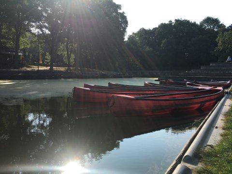 Kanu's in roter Farbe schwimmen auf dem Torfkanal Findorff und sind an Land angebunden.