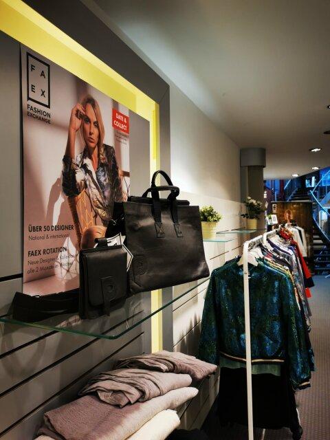 Regale und Kleiderständer mit Taschen und Kleidung im Pop-up-Store FAEX