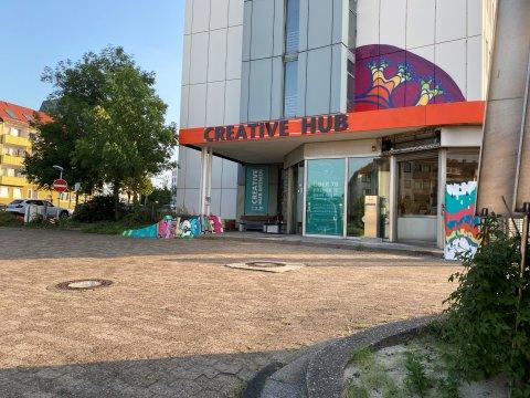Man sieht den Eingang des Creative Hub