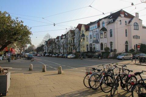An einer Kreuzung stehen mehrere Fahrräder. Im Hintergrund sind Altbremer Häuser zu sehen.