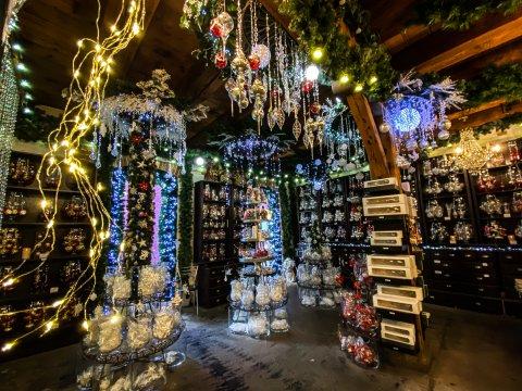 Der Laden von innen. Es funkelt und glitzert überall. Es hängen Lichterketten und Kugeln im Raum.