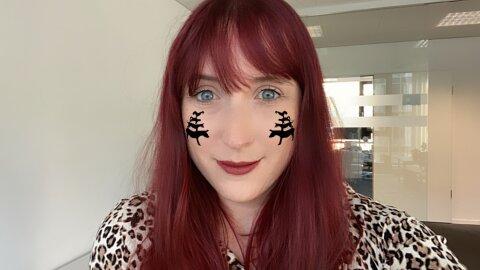 Eine Frau mit roten Haaren hat ein Selfie von sich selbst gemacht. Auf ihren Wangen sind zwei kleine Stadtmusikanten abgebildet.