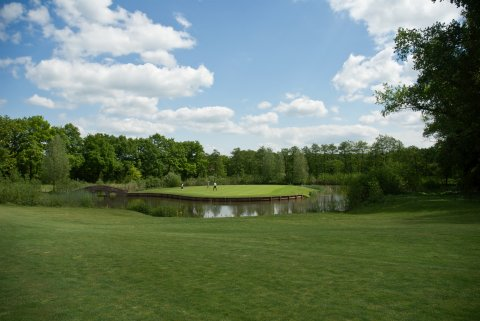 Drei Golfer stehen auf der grünen Anlage des Golfclubs Bremer Schweiz.