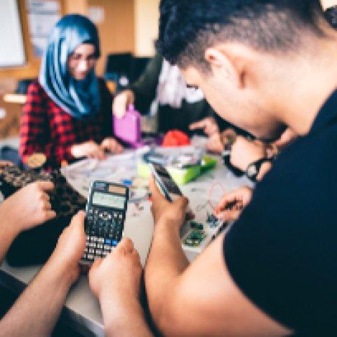 Im Teamwork arbeiten die Schülerinnen und Schüler an ihrem Satelliten