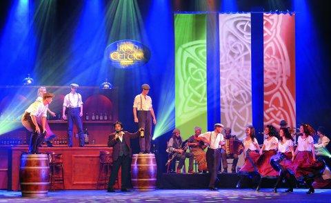 Eine Gruppe von Männern und Frauen machen Stepptanz auf einer Bühne.