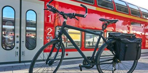 Ein Fahrrad steht vor einer Regionalbahn