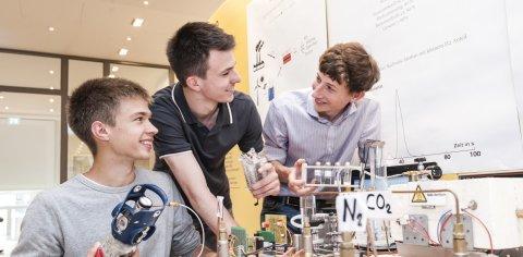 Drei junge Männer bei ihrem Forschungsprojekt