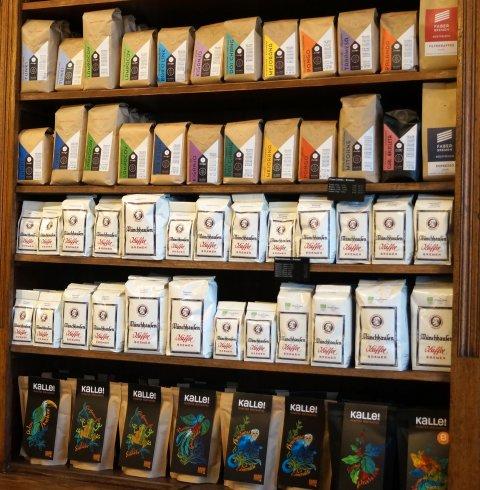 Verschiedene Kaffeesorten sind in einem Regal aufgestellt