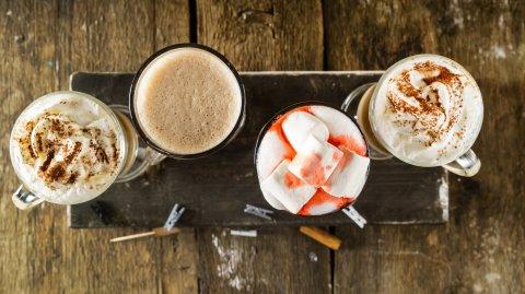 Vier Kaffeespezialitäten in Gläsern nebeneinander