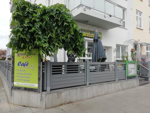Das Café von außen mit einer Terrasse zum Sitzen.