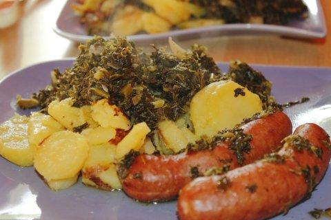 Tellergericht mit Kohl, Kochwurst und Salzkartoffeln