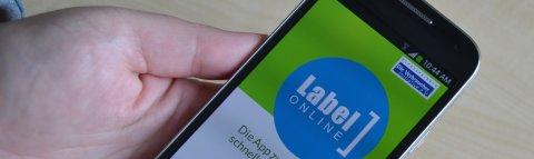 Eine Hand bedient die Label App auf einem Smartphone; Quelle: bremen.online GmbH - MDR