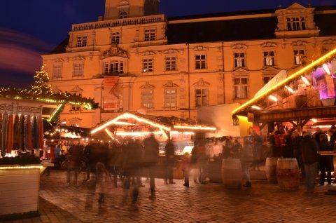 Ein leuchtender Schriftzug kennzeichnet den Eingang zum Lamberti-Markt