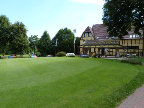 Die Anlage des Golfclubs Lesmona von außen.