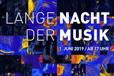 """Abstraktes Bild in Blau und Gelb mit dem Schriftzug """"Lange Nacht der Musik"""""""