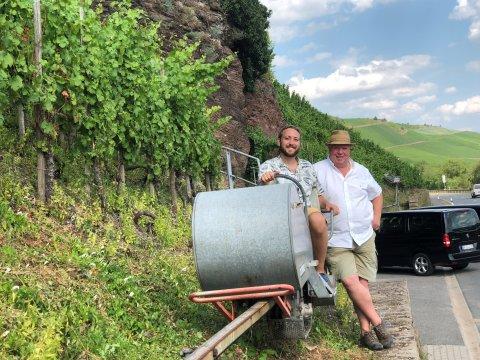 Inhaber Heiner Lobenberg zusammen mit seinem Sohn Luca vor einer Steillage an der Mosel.
