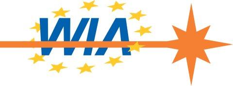 """Auf einem weißen Hintergrund steht in blauer Schrift """"WIA"""". Die Buchstaben werden von von 12 gelben Sternen umkreist. Ein orangener, wagerechter Streifen läuft über die Buchstaben und wird zu einem Stern."""