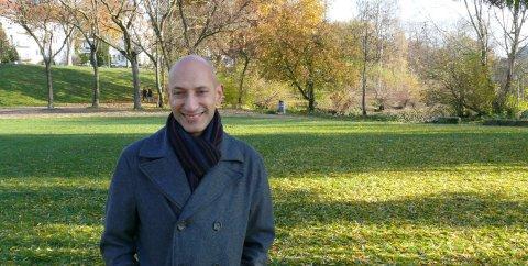 Abdelaziz Chefif lächelt in die Kamera. Er steht auf einer Grünfläche.