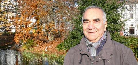Djafar Khosravi lächelt in die Kamera. Er steht auf einer Grünfläche.