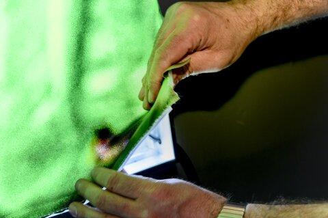 Nahaufnahme von Händen die ein Lichtobjekt zusammenbauen.