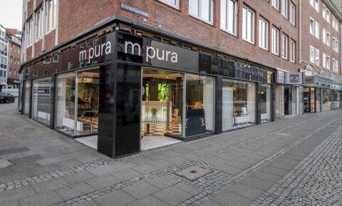 """Außenansicht des Eckladens """"m:pura"""" in der Knochenhauerstraße."""