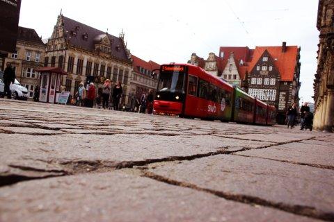 Marktplatz mit fahrender Straßenbahn