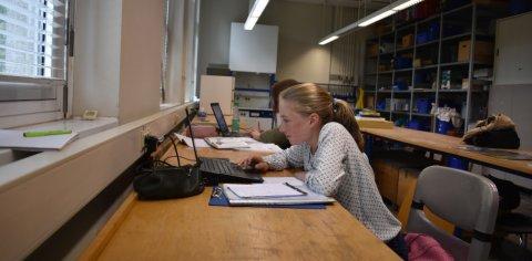 Zwei Schülerinnen arbeiten in einem Labor am Laptop