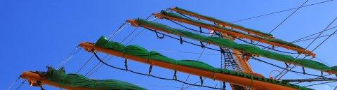 Mast der Alexander von Humboldt mit eingeholten Segeln.