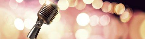 Ein Vintage-Mikrophon vor unscharfem Hintergrund