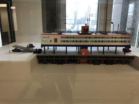 Ein Modell einer Station im Eis