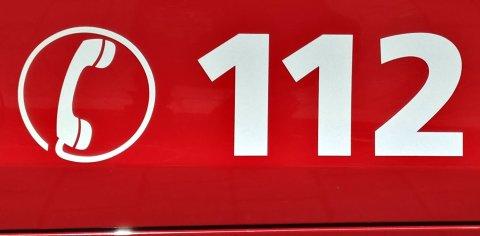 Auf einem roten Fahrzeug befindet sich die Telefonnummer 112