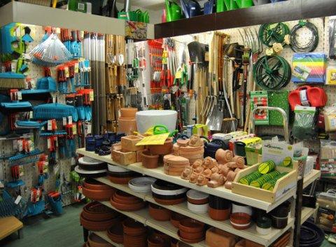 Das Traditionsunternehmen Otto G. Balder mit verschiedenen Gartenartikeln. Tontöpfe, Harken, Sparten und mehr Geräte sind dort zu erkennen.