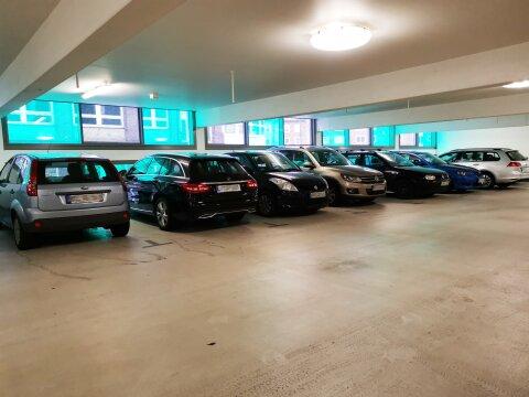 Eine Aufnahme in dem Parkhaus Stehpani, auf einer Etage mit parkenden Autos.