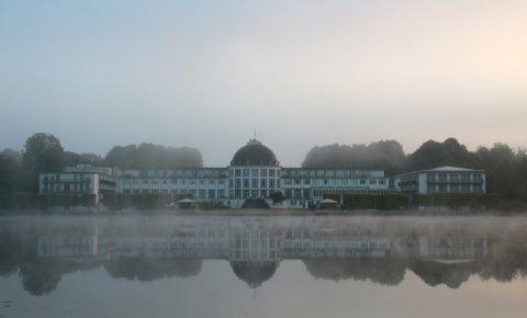 Das Parkhotel im Nebel.