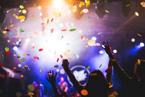 Menschenmenge ist am Tanzen und haben ihre Hände in der Luft.