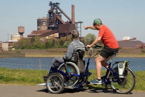 Mit dem Spezialrad Pedder VeloPlus können zwei Personen zusammen fahren, eine davon im Rollstuhl.