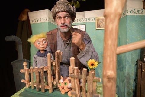 Auf der Bühne wird Peter und der Wolf inszeniert durch Mensch und Puppe.