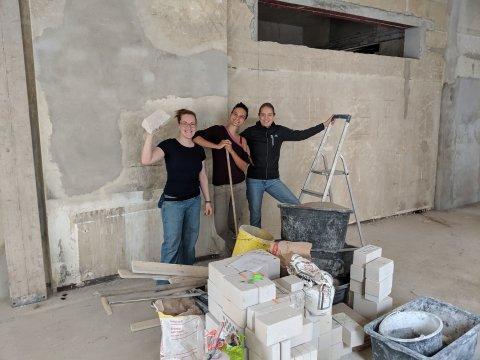 Drei Frauen stehen im Rohbau eines Hauses. Das Team des Projekts Füllerei Findorff.