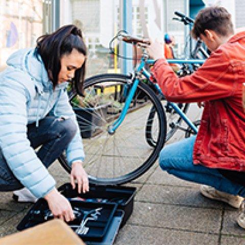 Rad Service Station an der Menschen ihr Rad reparieren