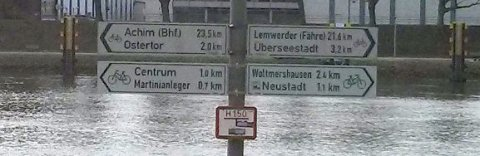 Radwegweiser an der Weser