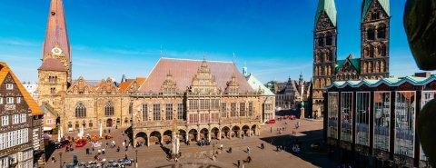 Das Rathaus flankiert vom Dom, davor Marktplatz und Roland