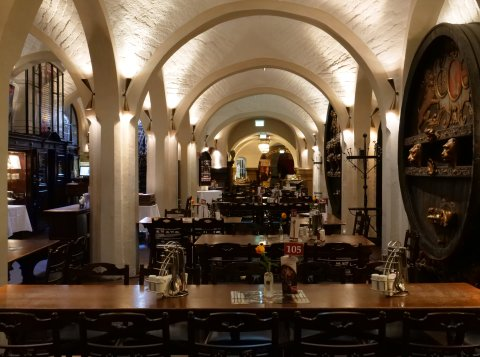 Der Gastraum im Bremer Ratskeller mit vielen gedeckten Tischen.