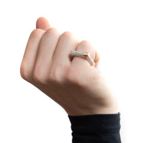 Ein Silberring in viereckiger Form.