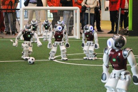 Roboter kurz vor einem Mittelfeldschuss beim Gruppenspiel gegen das SPQR Team auf dem RoboCup 2019 in Sydney