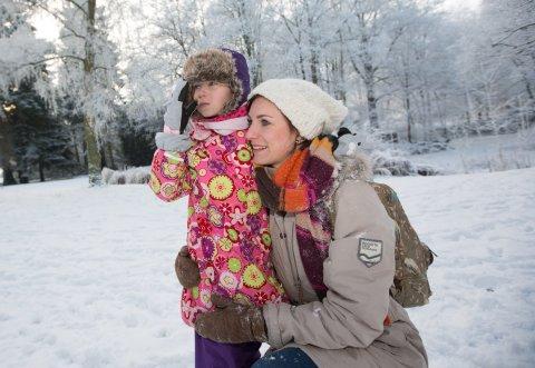 Eine Mutter mit Kind im Schnee (Quelle: WFB/Jens Lehmkühler)