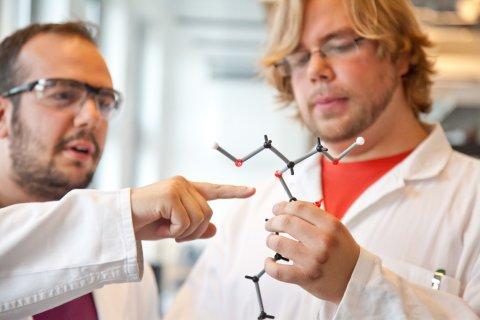 Zwei junge Forscher betrachten ein Molekül-Modell; Quelle: WFB/Jens Lehmkühler